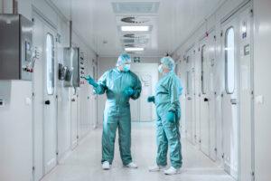pracownicy w korytarzu zakładu