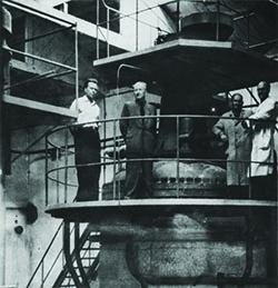 Zygmunt Gmaj i Jerzy Sumczyński w fabryce