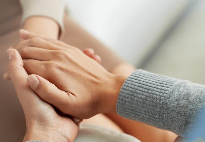 Zbliżenie na trzymające się ręce