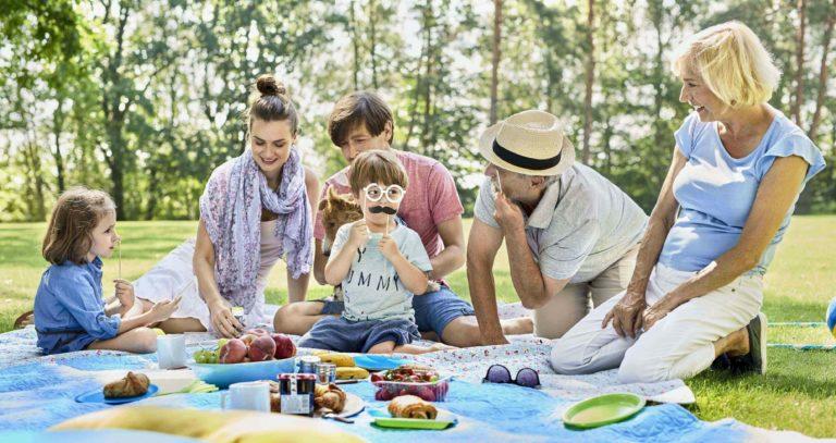 Trzypokoleniowa rodzina na pikniku