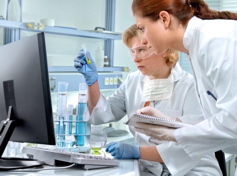 Dwie laborantki w trakcie wykonywania badań