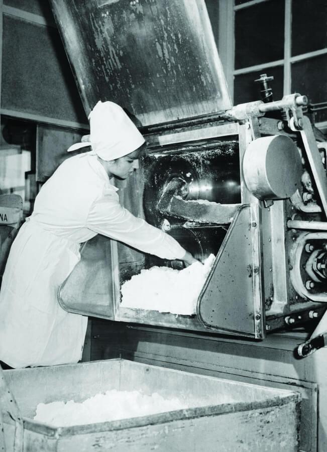 Kobieta pracująca przy maszynie
