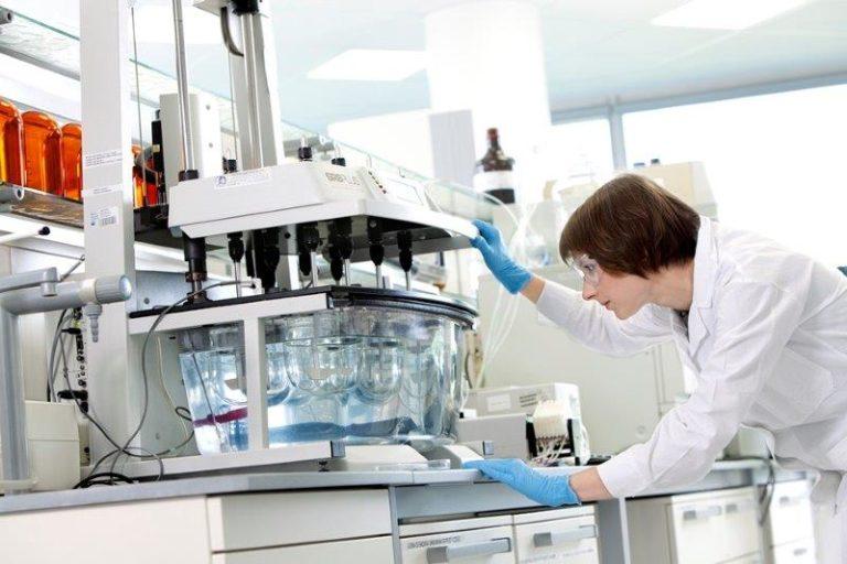 Pracownica laboratorium wykonująca badania