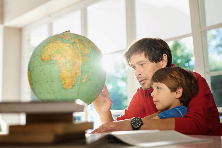 Mężczyzna pokazujący dziecku globus