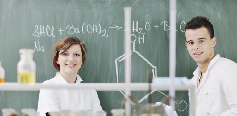 Dwoje studentów w laboratorium