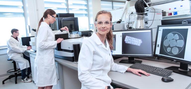 Pracownicy laboratorium przed monitorami