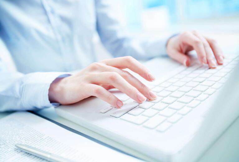 Dłonie na klawiaturze komputerowej