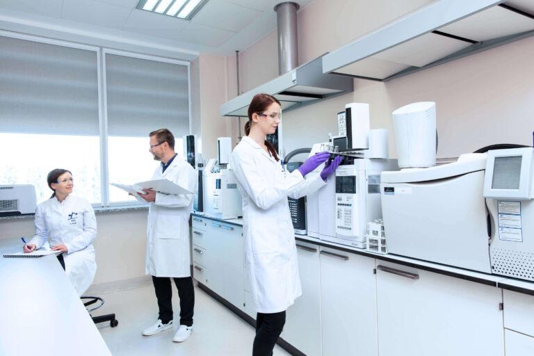 Studenci w trakcie badań laboratoryjnych