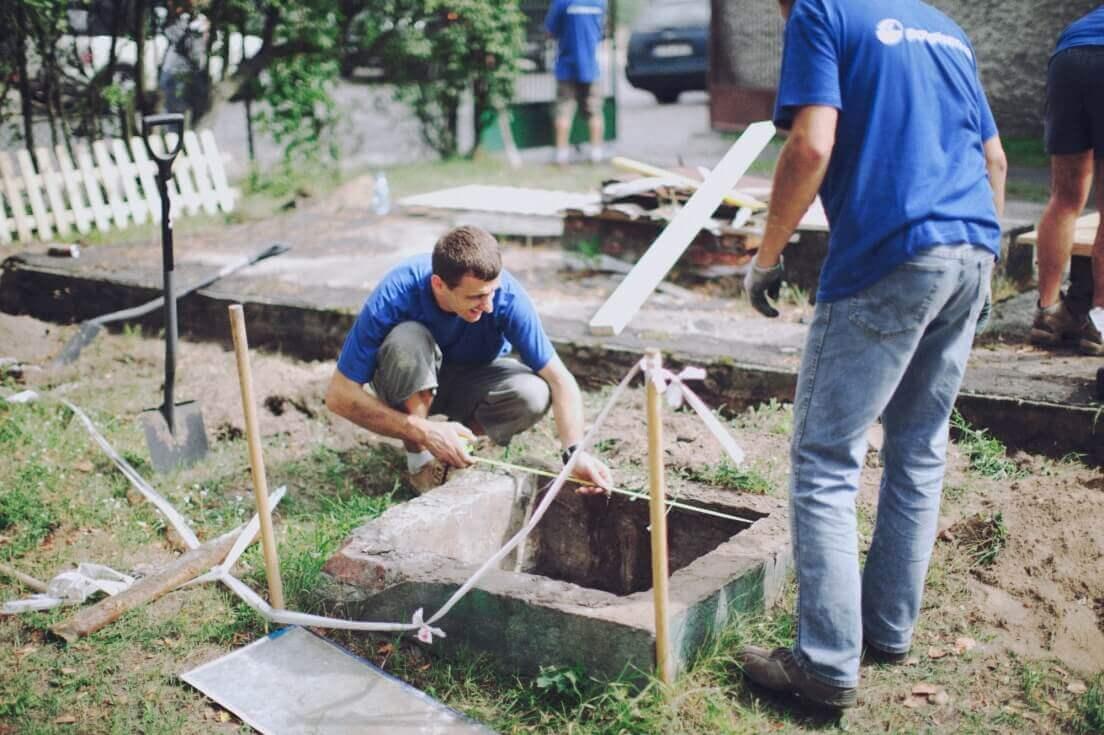 Wolontariusze w trakcie budowy