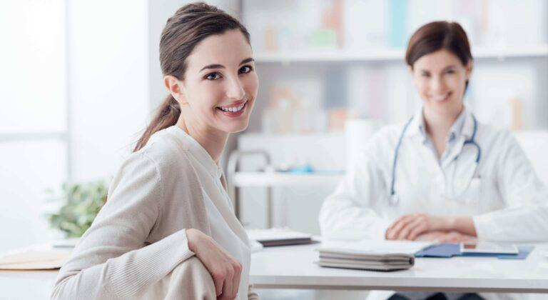 Uśmiechnięta pacjentka z wizytą u lekarza